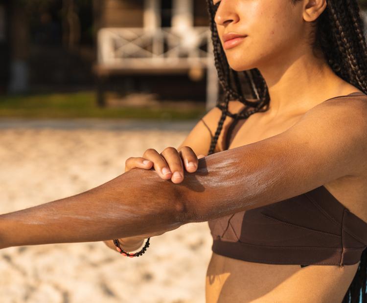 Femme, demande, crème solaire