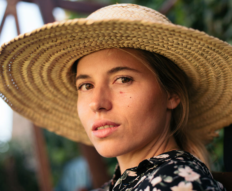 Femme, porter chapeau