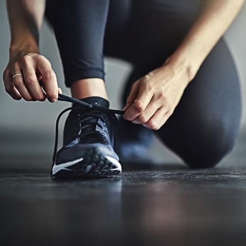 femme, attacher, chaussure running
