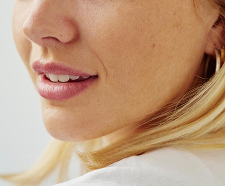 Gros plan du visage de la femme