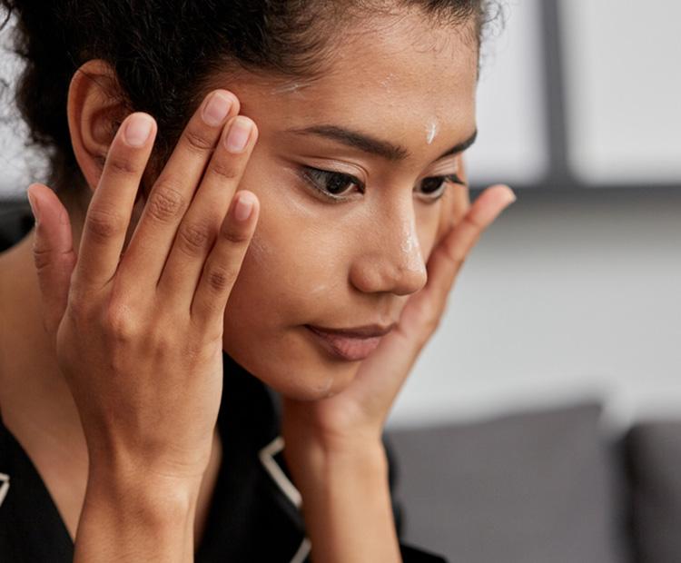 Femme appliquant des soins de la peau au visage