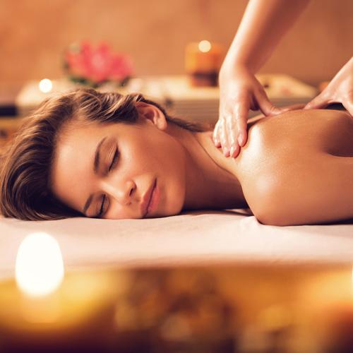 femme se faire masser dans un spa