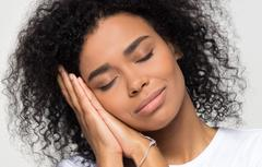 dormir pour réduire les poches autour des yeux