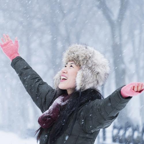 femmes asiatiques dans la neige en hiver