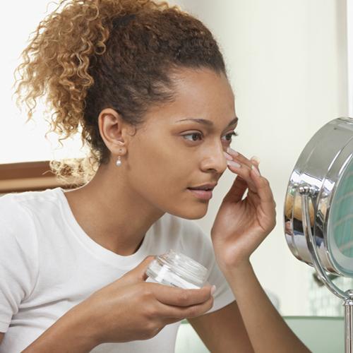 femme, mettre, hydratant, pour, soin peau