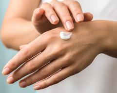 traitement de soins de la peau sèche par un dermatologue