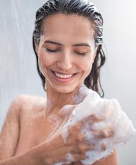 le meilleur traitement pour l'acné corporelle est les nettoyants médicamenteux