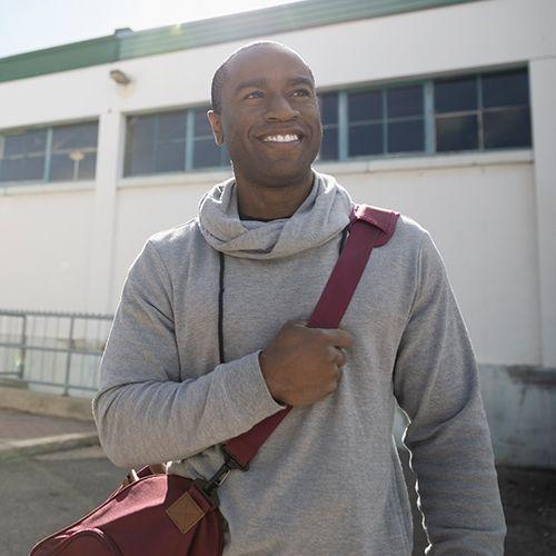 Homme américain africain, dehors, bâtiment, et, air heureux