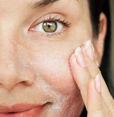 produits de soins de la peau agressifs qui peuvent déclencher la rosacée