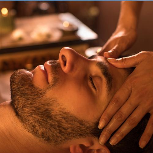 Homme recevant un massage du visage