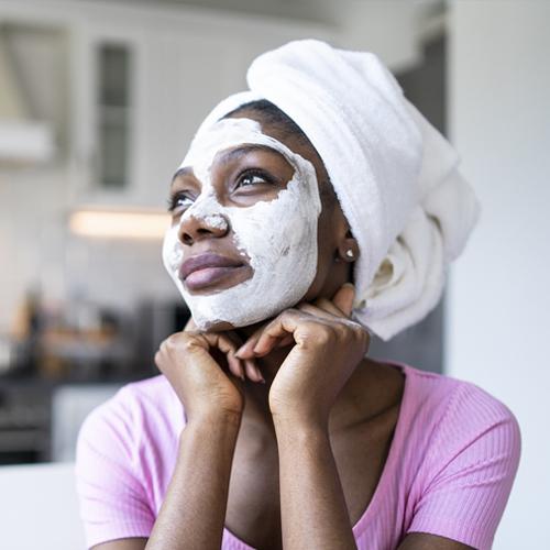 Femme noire faisant un soin du visage
