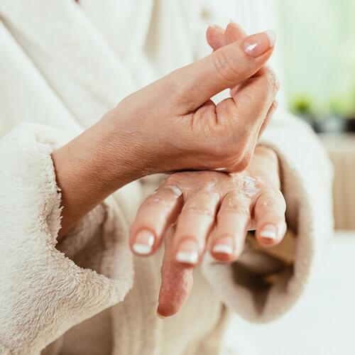 Femme aux mains sèches